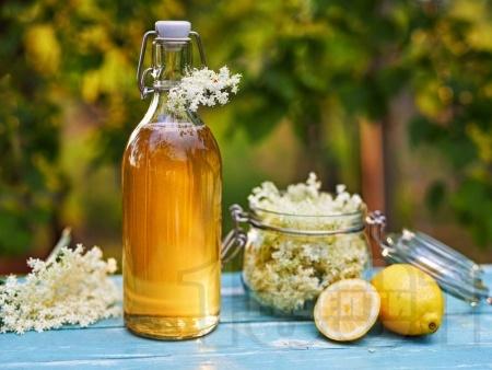 Домашен сироп от бъз в бутилки - снимка на рецептата
